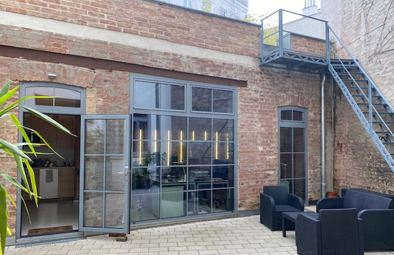 Slide Modern ausgebauter Innenhof