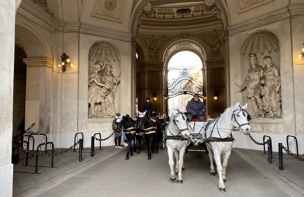 Slide Wiener Hofburg mit Pferdekutschen